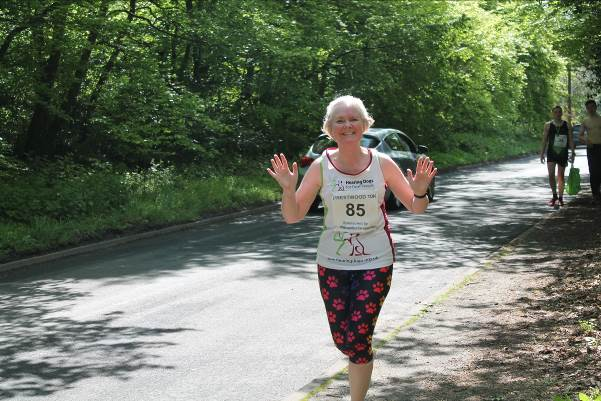 10k runner waving