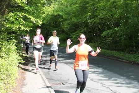 5k runners waving